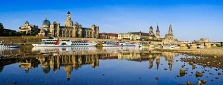 Panorama Dresden met bezinning in rivier de Elbe