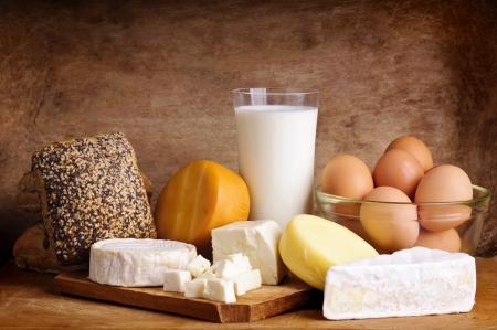 stilleven met zuivelproducten, melk, eieren, brood en kaas Stockfoto
