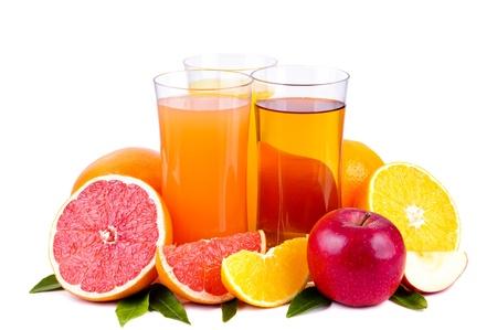 jus orange glazen: kleurrijke groep van sap en vruchten geà ¯ soleerd op een witte achtergrond Stockfoto