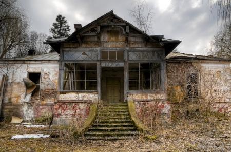 casa vecchia: vecchio Haunted House in Transilvania Editoriali