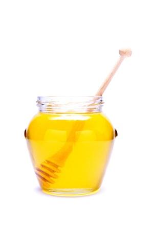 흰색 배경에 고립 된 나무 국자와 꿀 유리