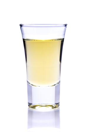 schot van tequila of whiskey geïsoleerd op een witte achtergrond