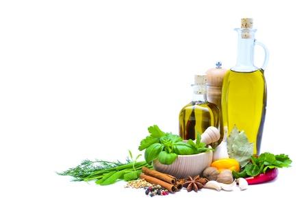 olijfolie, kruiden en specerijen geïsoleerd op een witte achtergrond met kopie ruimte Stockfoto