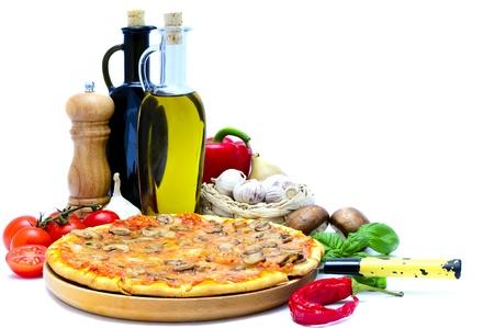 traditionele pizza's en italiaanse voedselingrediënten geïsoleerd op een witte achtergrond