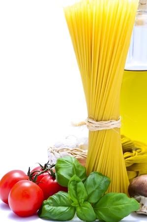 Italiaanse pasta ingrediënten met kopie ruimte op een witte achtergrond Stockfoto