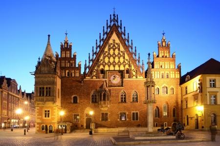 oude stadhuis in Wroclaw, Polen, 's nachts Redactioneel