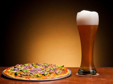 야채와 신선한 draght 맥주와 피자