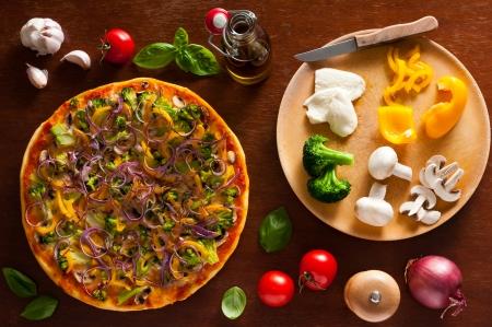 onions: pizza tradicional vegetariano y verduras ingredientes Foto de archivo