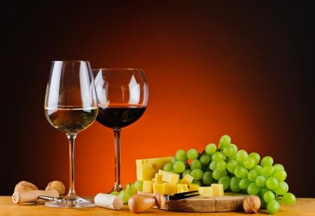 チーズ、ワイン、ブドウのある静物
