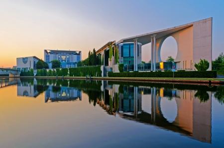 Bundeskanzleramt in Berlijn, Duitsland, met reflectie in de Spree rivier bij zonsopgang