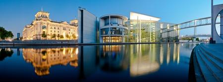 Berlin Stadt-Panorama mit Reichstag und Reichstagufer reflektiert in Spree bei Nacht
