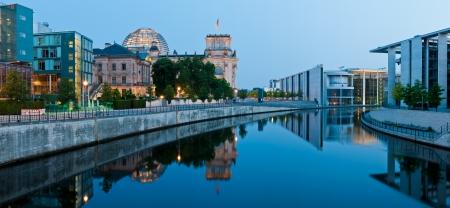 panorama met reichstagufer en rivier de Spree in Berlijn, Duitsland bij nacht