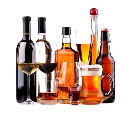 verschillende flessen en glazen alcoholische dranken geïsoleerd op een witte achtergrond Stockfoto