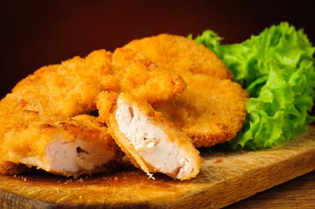 nuggets pollo: aún con vida de cerca de nuggets de pollo fritas tradicionales en una placa de madera Foto de archivo