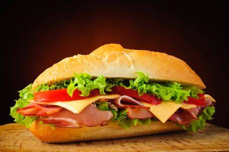 jamon y queso: Bodegón con delicatessen caseras tradicionales sub sándwich Foto de archivo