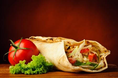 stilleven met traditionele huisgemaakte shoarma en vegetabels Stockfoto