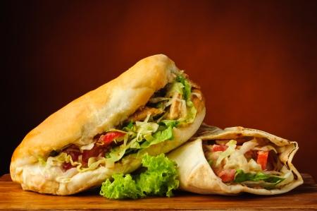 Stilleben mit shawarma und Kebab auf einer hölzernen Platte Standard-Bild