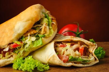 pinchos morunos: Bodegón con turco doner kebab y shawarma
