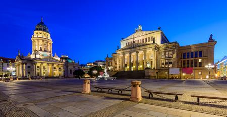 dom: panorama paysage urbain avec la cathédrale allemande et Konzerthaus de Berlin, en Allemagne, dans la nuit