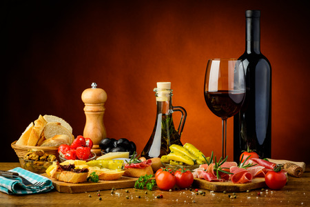 tapas españolas: naturaleza muerta con tapas españolas tradicionales y vino tinto