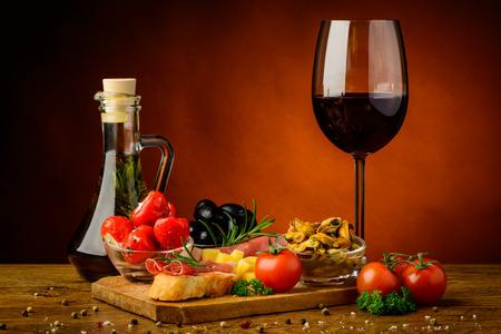 전통적인 타파스와 정물 간식과 레드 와인 잔