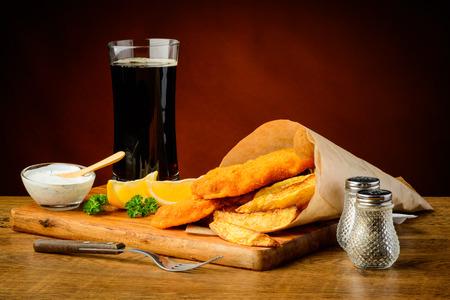 fish and chips: naturaleza muerta con pescado y patatas fritas menú y bebida de cola