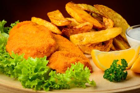 fish and chips: Bodegón con primer plano de pescado y patatas fritas tradicional comida Foto de archivo