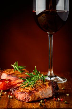 stilleven met gegrild vlees en een glas rode wijn