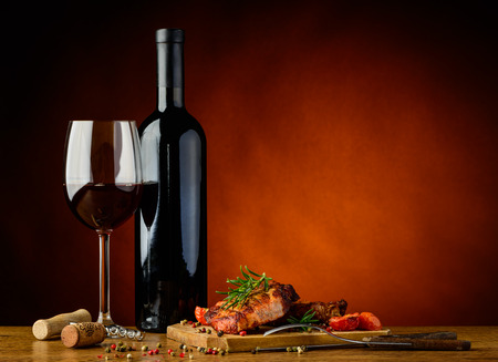 stilleven met een romantisch diner met gastronomische gegrilde biefstuk en rode wijn Stockfoto