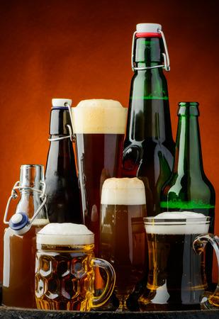botellas de cerveza: fondo la naturaleza muerta con diferentes botellas de cerveza