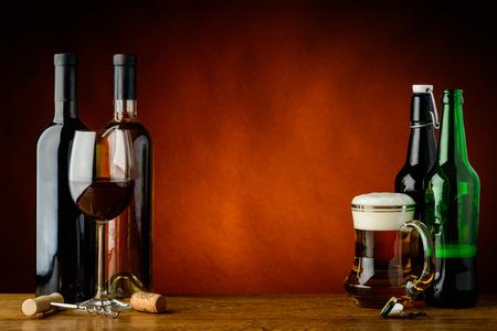 botellas de cerveza: vida inm�vil con la cerveza y el vino y el texto copia espacio