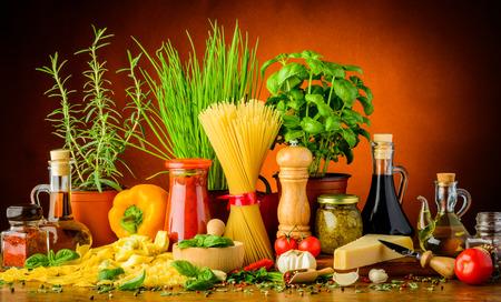 stilleven met traditionele Italiaanse pasta ingrediënten, kruiden en specerijen Stockfoto