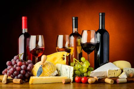 queso blanco: Bodegón con queso, uvas, vino tinto, blanco y rosa