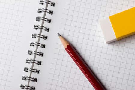 メモ帳の鉛筆と消しゴム