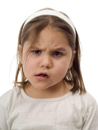 Close-up van een jong kind een verward gezicht, geïsoleerd tegen een witte achtergrond