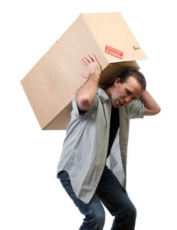 白い背景に対して隔離される larg 重い箱を持ち上げる若い男