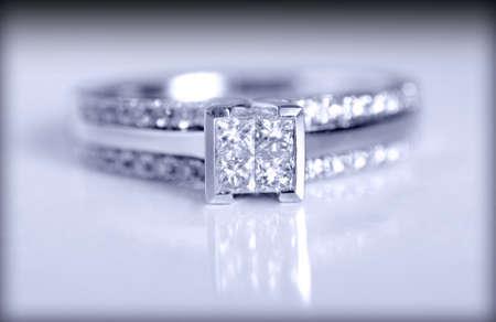 anillo de compromiso: Primer disparo de un anillo de compromiso de diamantes disparó sobre un fondo gris. Foto de archivo