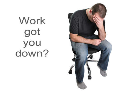 Een depressieve man zit in een bureaustoel, geïsoleerd op een witte achtergrond