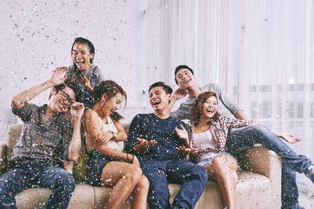 Grupo de amigos asiáticos que se divierten en una fiesta en casa Foto de archivo