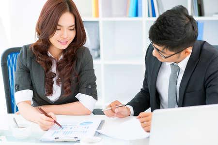 若いビジネス チームの戦略的な開発の方法を見つけるための統計データの分析
