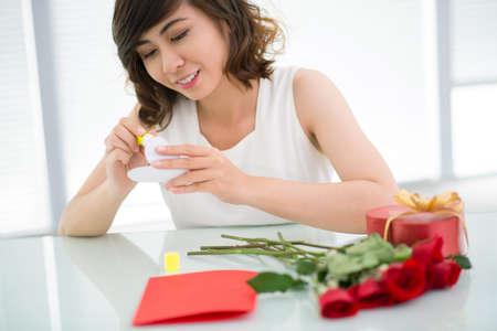 Creative dívka nalepením papíru srdce ručně vyrobené blahopřání Reklamní fotografie