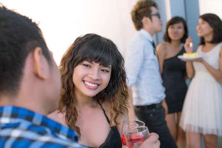 adolescencia: Adolescente, hablando con un niño en la fiesta