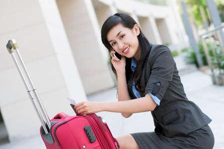 Portret van jonge zakenvrouw praten over de telefoon buiten Stockfoto