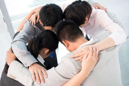 koncentrovaný: Obchodní tým plní svůj tradiční rituál pro posílení týmového ducha