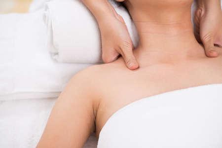 hombros: Close-up shot of a therapist doing shoulder massage Foto de archivo