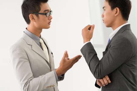 argumento: Socios que tienen una discusión avanzar argumentos razonables