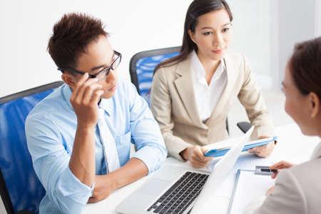 jovenes empresarios: Jóvenes empresarios de contratar a un asesor financiero para desarrollar el negocio