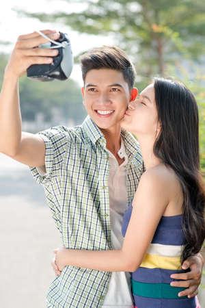 Young couple making a photo of them Zdjęcie Seryjne
