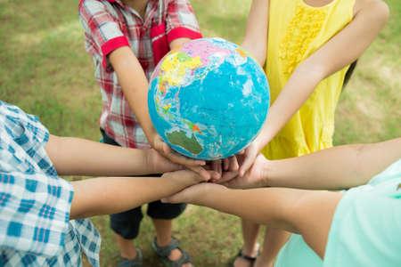 educacion ambiental: Los niños tomados de todo el mundo de oportunidades en sus manos Foto de archivo