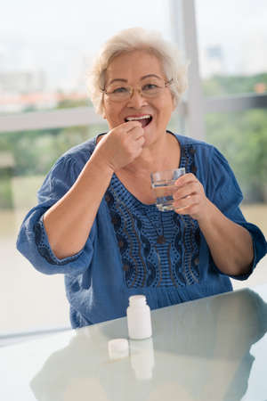 Retrato de una mujer mayor que toma la medicina Foto de archivo